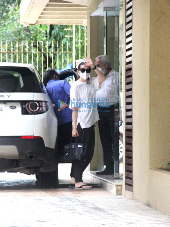 Photos: Karishma Kapoor spotted in Khar