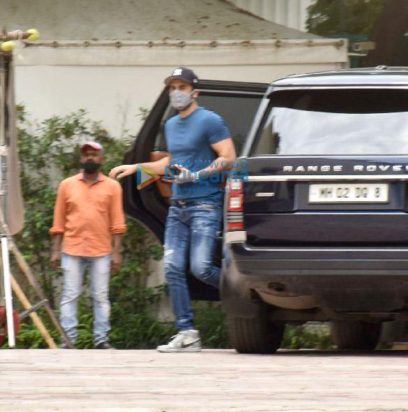 Photos Ranbir Kapoor snapped at YRF studios in Andheri (1)