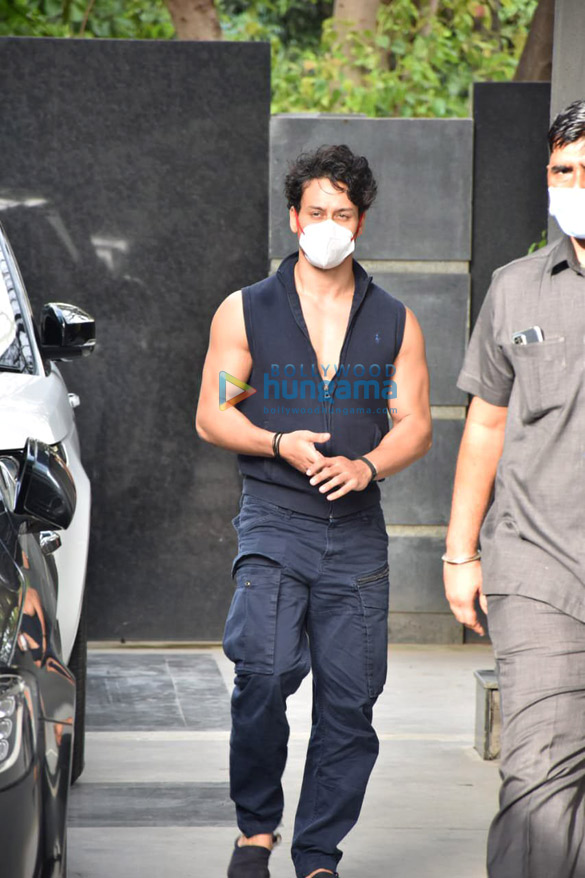 Photos Tiger Shroff snapped at Puja films in Juhu (1)