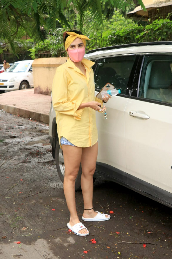 Sonnalli Seygall snapped in Bandra (4)