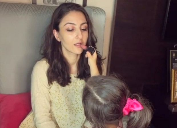 """""""Have you met my new make up assistant?"""", says Soha Ali Khan as she shares an adorable video of daughter Inaaya Naumi Kemmu applying lipstick on her"""