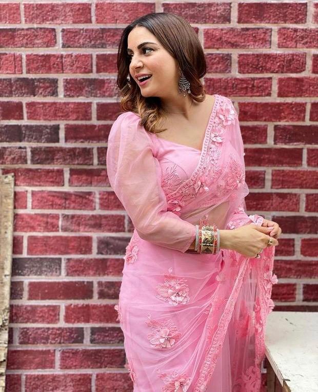 Kundali Bhagya actress Shraddha Arya makes heads turn in stunning embroidered pink saree