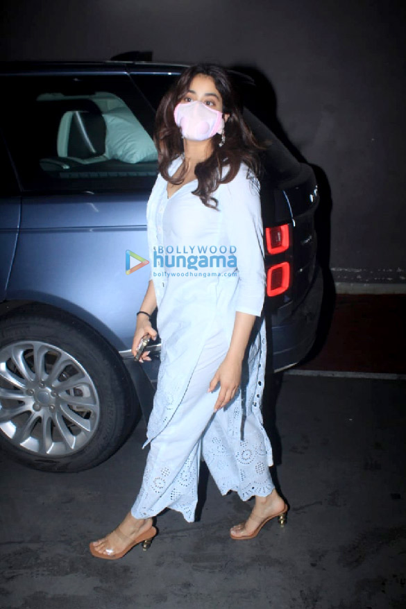 Photos Janhvi Kapoor snapped at the airport (1)
