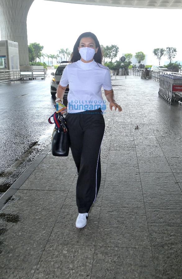 Photos Kajol, Mouni Roy, Karan Johar and others snapped at the airport (1)