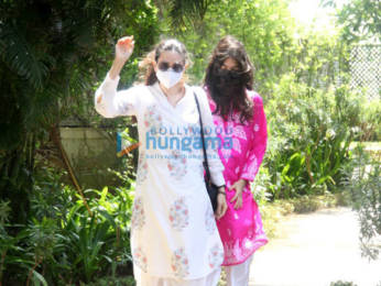 Photos: Kareena Kapoor Khan and Karisma Kapoor spotted in Bandra