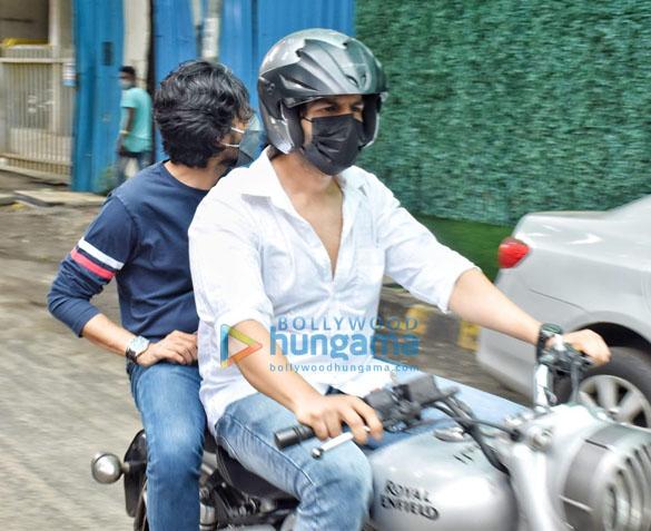 Photos Kartik Aaryan snapped in Andheri (6)