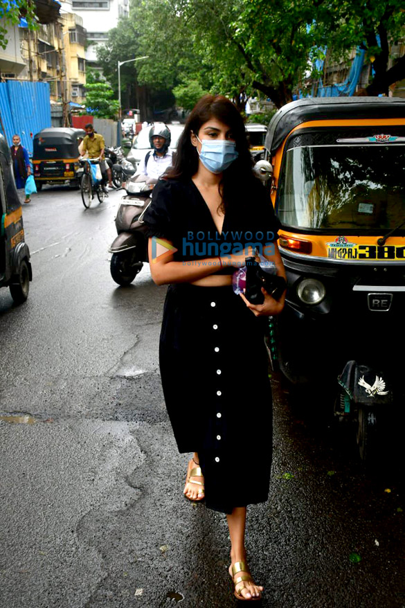 Photos Rhea Chakraborty spotted at Pali market (3)