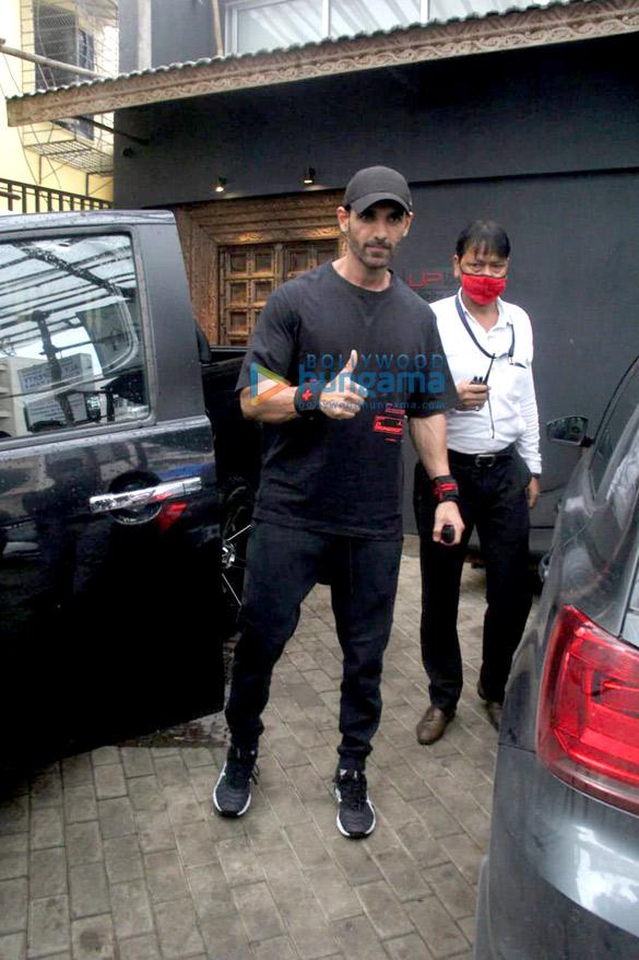 Photos Ritesh Deshmukh, Genelia D'Souza and John Abraham spotted at gym in Bandra (3)