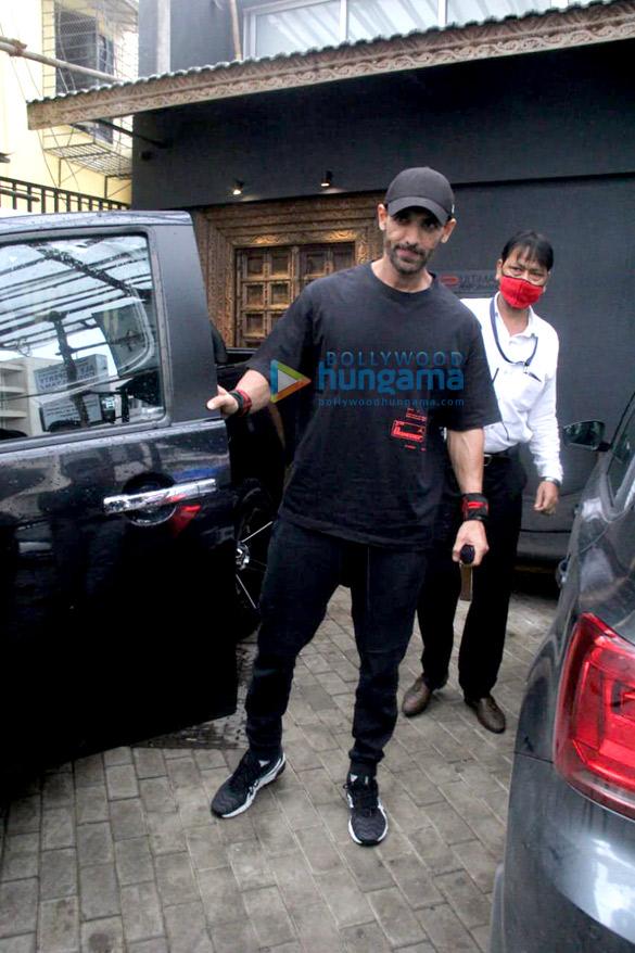 Photos Ritesh Deshmukh, Genelia D'Souza and John Abraham spotted at gym in Bandra (4)