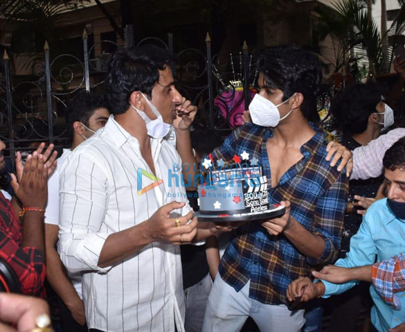 Photos Sonu Sood snapped celebrating his birthday with the media (5)