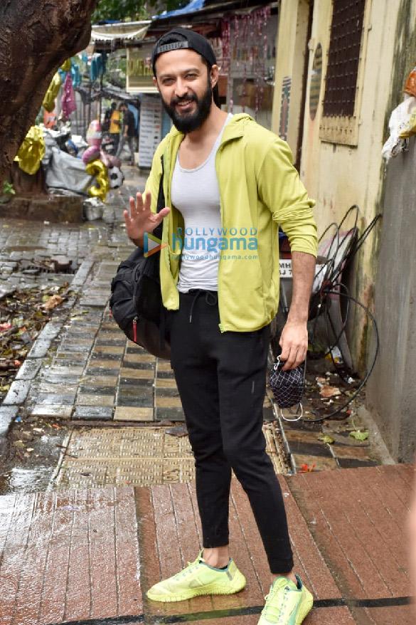 Photos Varun Dhawan and Vatsal Sheth snapped at the gym in Juhu (2)