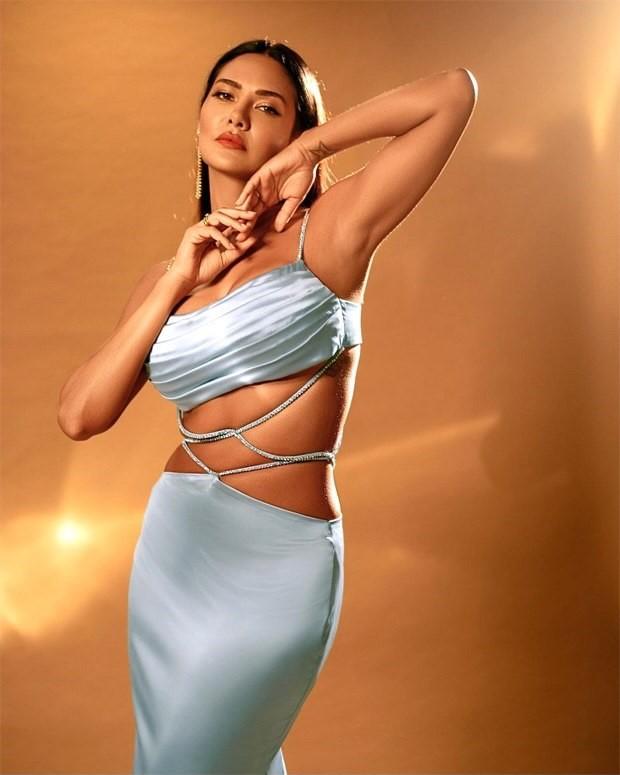 Esha-Gupta-follows-midriff-flossing-trend-in-ice-blue-satin-bodycon-gown-4.jpg