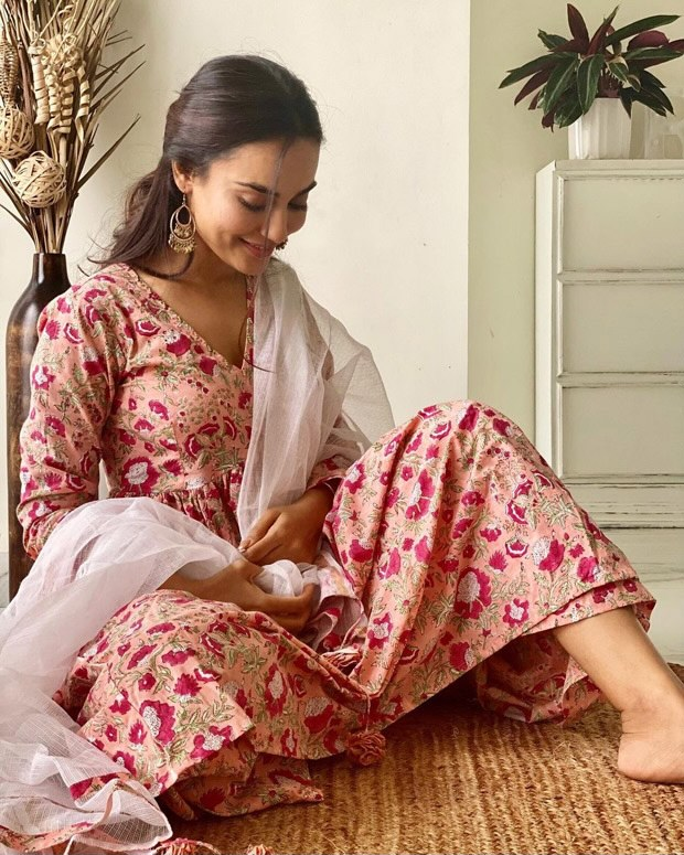 Qubool-Hai-actress-Surbhi-Jyoti-shares-a-graceful-desi-avatar-in-a-beautiful-floral-printed-kurta-set-4.jpg